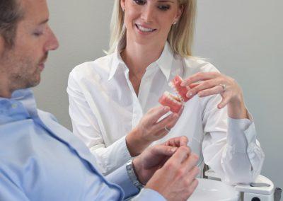 Beratung Zahnkorrektur in jedem Alter Invisalign Kieferorthopädie Köln