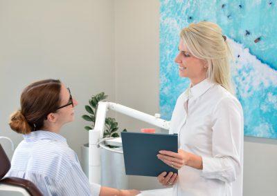 Beratung unsichtbare Zahnspange mit Invisalign Kieferorthopädie Köln